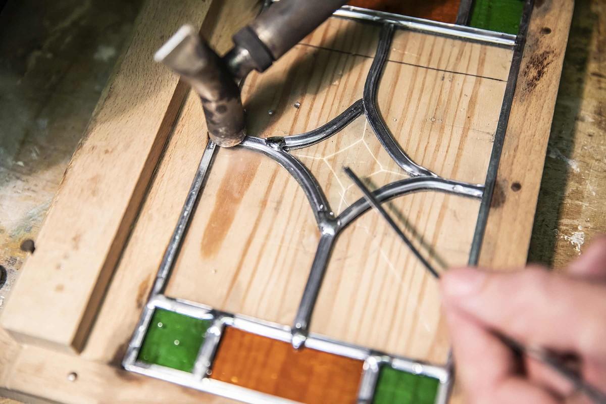 Detailarbeit: Joachim verlötet die Bleiprofile der Verglasung.