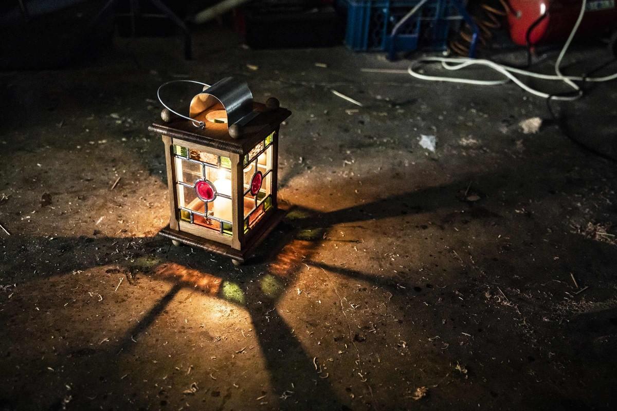 Entschleunigen und Innehalten. Beim flackernden Kerzenschein der Laterne.